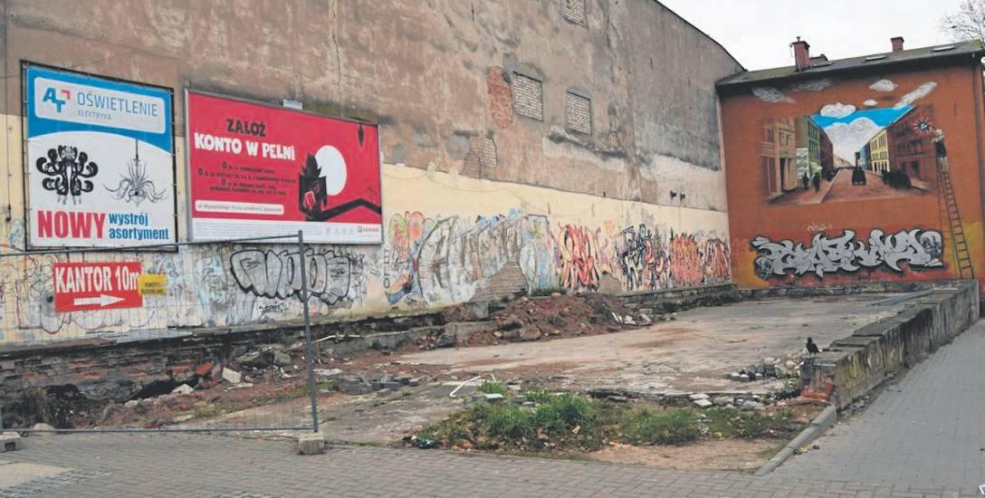 Taki widok w centrum Szczecinka straszy przechodniów od ponad 20 lat, wzdłuż ścian dawnego hotelu widać już prace odkrywkowe przy jego fundamentach