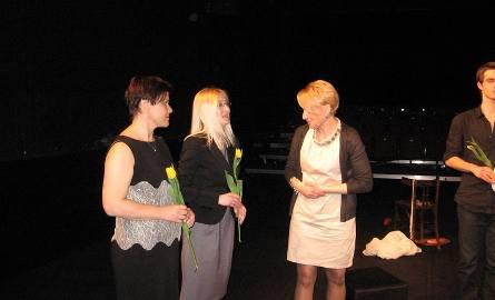 Iwona Pawlak i Malgorzata Bielecka przyjmją gratulacje od dyrektor Anny Łapienieckiej