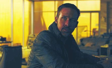 """Ryan Gosling jako Oficer K. w kontynuacji kultowego """"Łowcy Androidów"""". Film zbiera świetne recenzje."""