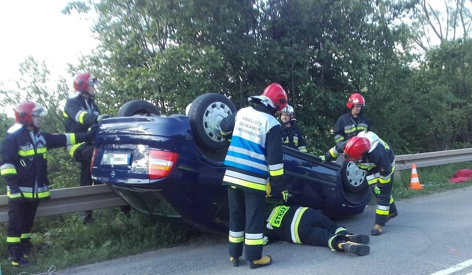 Film do artykułu: Wypadek w Podgórzu w powiecie kieleckim. Samochód dachował, śmigłowiec zabrał kierowcę do szpitala