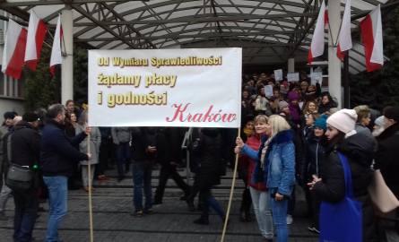Pracownicy administracji sądów protestowali przed Sądem Okręgowym w Krakowie