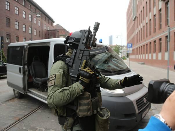 Doprowadzenie do sadu aresztowego Pawła R., który miał podłożyć bombę w autobusie MPK i być może także szantażować Wrocław