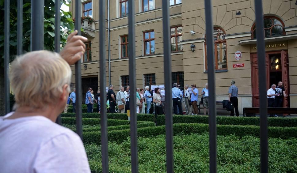 Film do artykułu: Zwolennicy zmian w sądownictwie proponowanych przez PiS pikietowali przed sądem w Lublinie (ZDJĘCIA)
