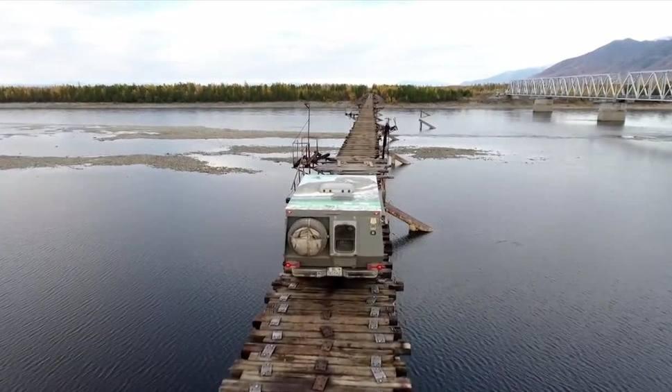 Film do artykułu: Najstraszniejszy most świata? Niezwykła przeprawa przez rzekę na Syberii