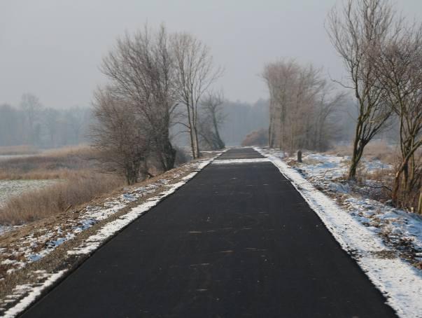 Gotowe jest pierwsze pięć kilometrów ścieżki rowerowej, która będzie najdłuższą w Polsce wśród ścieżek na dawnych torowiskach. Trasa połączy gminy w