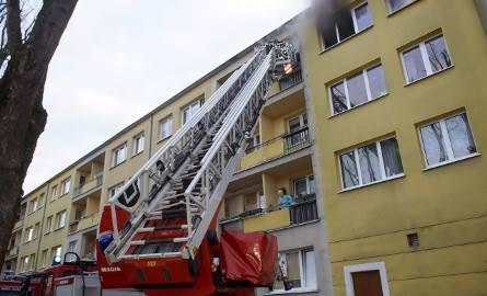 We wtorek (19 marca) rano doszło do pożaru w mieszkaniu przy ulicy Mostnika w Słupsku. 15 osób zostało ewakuowanych z budynku. Akcję strażaków utrudniał