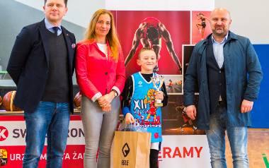 Alan Więckiewicz obdarowany przez Katarzynę Wagner ze SWISS KRONO, Olafa Napiórkowskiego z urzędu miasta (z prawej) i prezesa klubu Tomasza Ostrowsk