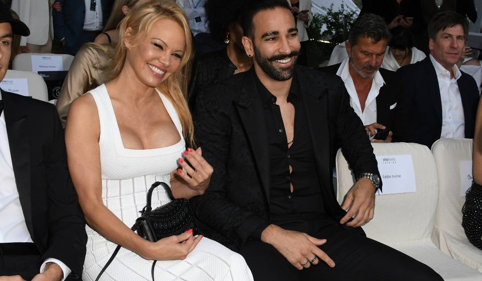 """Film do artykułu: Pamela Anderson wciąż piękna, tylko do mężczyzn ma pecha. Gwiazda """"Słonecznego Patrolu"""" oskarża Adila Ramiego o zdradę.  [GALERIA]"""