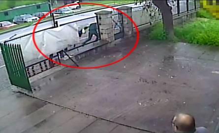 Bezczelna próba kradzieży w centrum Pińczowa: świadkowie odzyskali łup, kryminalni zatrzymali podejrzewanego [FILM Z MONITORINGU]