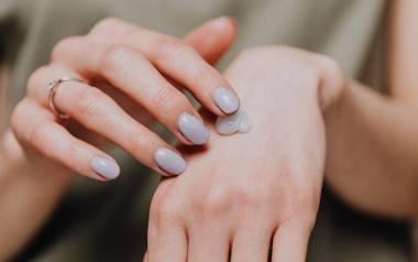Skóra dłoni jest delikatna, a pod wpływem warunków atmosferycznych oraz detergentów staje się sucha i zniszczona. Codzienna pielęgnacja może temu zapobiec.