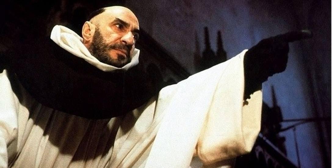 """F. Murray Abraham w roli Bernarda Gui w znanej ekranizacji """"Imienia róży"""" w reżyserii Jean-Jacques'a Annauda"""
