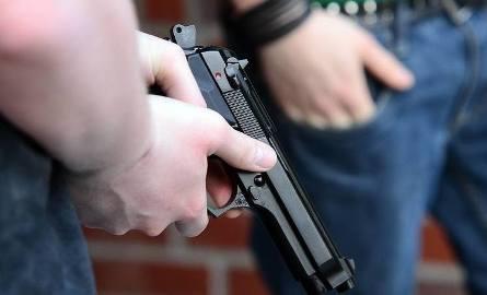 """Policjant zastrzelił 21-letniego mężczyznę na osiedlu w Koninie. Ofiara miała nie reagować na okrzyk """"stój policja"""""""