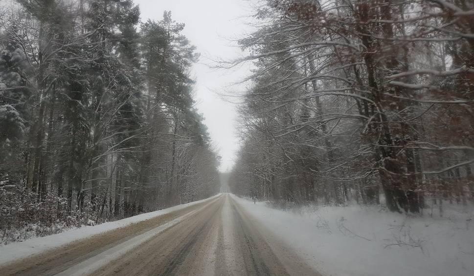 Film do artykułu: Trudne warunki drogowe na Kaszubach. Zaśnieżona droga 211 [ZDJĘCIA]