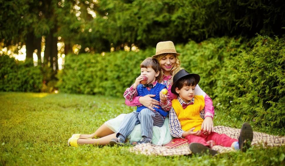 Film do artykułu: Matczyna emerytura: minimalna emerytura dla kobiet, które wychowały co najmniej 4 dzieci. Szczegóły programu MAMA PLUS