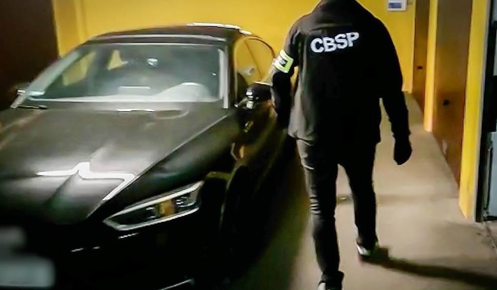 Film do artykułu: Funkcjonariusze zlikwidowali dziuplę samochodową. Trafiały tu luksusowe auta skradzione na terenie Polski i UE (zdjęcia, wideo)