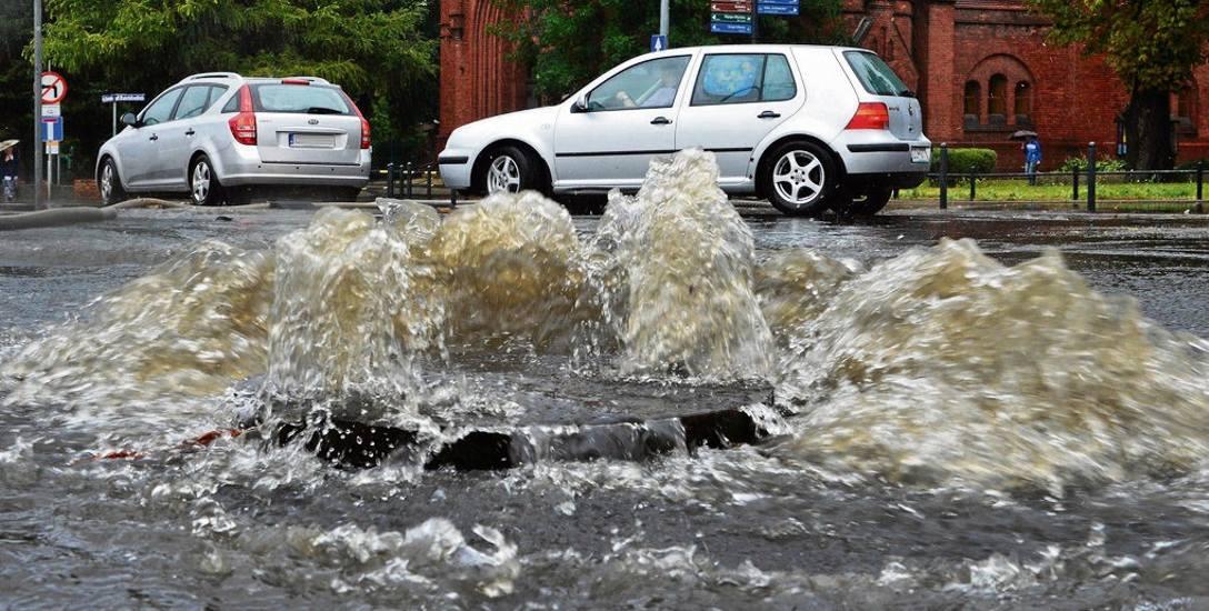 """Kilka minut deszczu, a kanalizacja przestaje w mieście dawać radę. Co dalej z cenami za """"deszczówkę"""