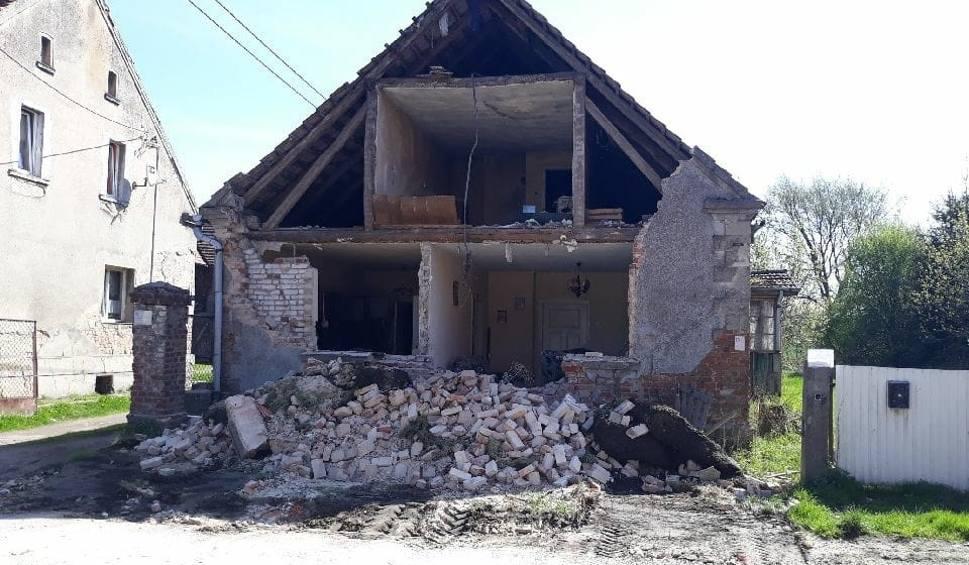 Film do artykułu: W sobotnią noc zawaliła się część pustostanu w miejscowości Pałck (gm. Skąpe). Strażacy i służby komunalne uporządkowały teren