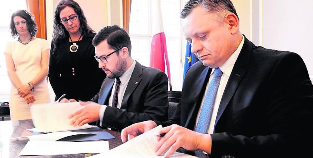 """Prezydent Koszalina Piotr Jedliński (z prawej) podpisał wczoraj umowę, dzięki której miasto zyska dodatkowo 1,2 mln zł z programu """"Maluch"""""""