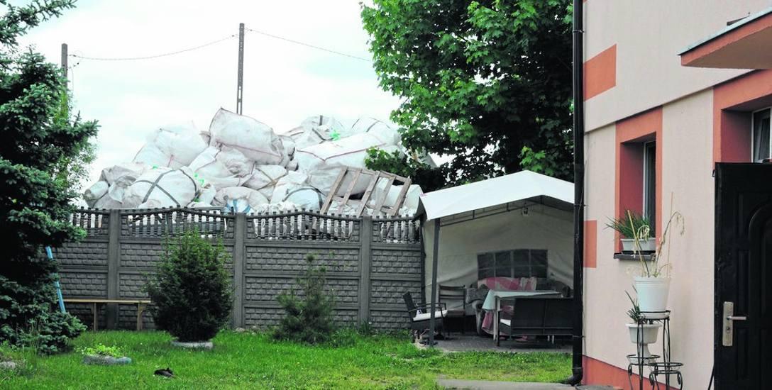 Góra odpadów w Jasienicy jest tuż za płotem posesji, na której mieszkają ludzie