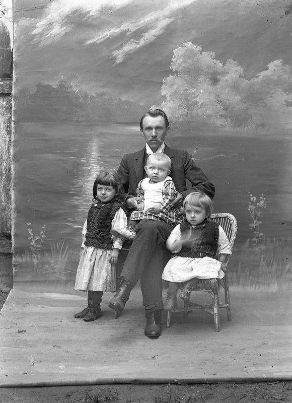 Józef Karłowicz z dziećmi. Kto jest autorem zdjęcia? Przypuszczalnie żona Wiktoria, która pomagała mu w pracy