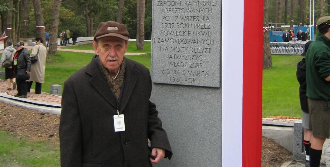 Tadeusz Marcinkowski na cmentarzu w Kijowie-Bykowni, gdzie spoczywa jego ojciec Jan, zamordowany wiosną 1940 roku
