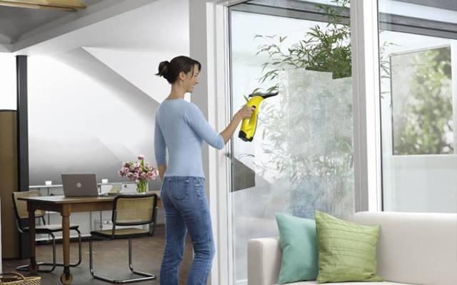 Myjka do mycia szyb okiennych skraca czas pracy. Myjkę do okien można kupić jako zestaw ze ściereczką z mikrofibry oraz spryskiwaczem lub jako samodzielne