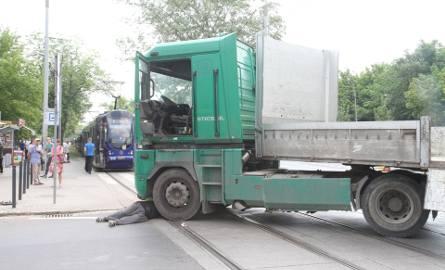 Ciężarówka zablokowała torowisko pod zoo