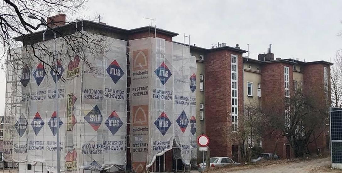 Adminstrator bloku zapewnia, że cegły klatek zostaną doczyszczone i nie przykryje ich styropian.