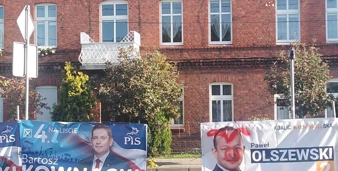"""""""Banerowa"""" kampania wyborcza coraz ostrzejsza. Skarżą się na to kandydaci i PiS, i PO. Na zdjęciu - baner Pawła Olszewskiego w Koronowie."""