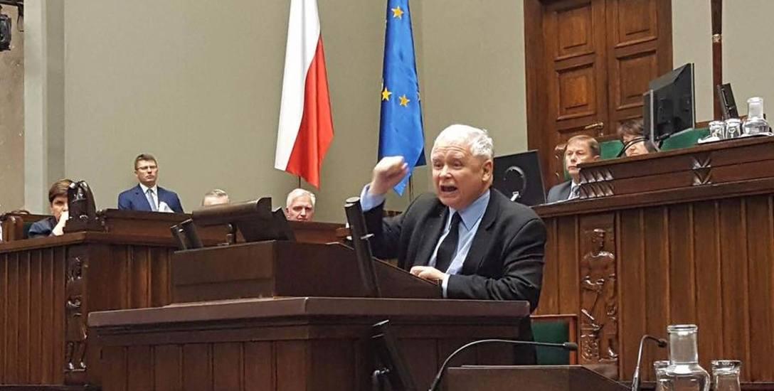 Prezes Jarosław Kaczyński podczas emocjonalnego wystąpienia. To zdjęcie posłanka PO Elżbieta Radziszewska wrzuciła na profil na portalu społeczności