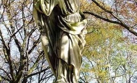 Grobowiec Piotra Ptaka z 1911 roku - z płyt kamiennych, zwieńczony rzeźbą Chrystusa dźwigającego krzyż.