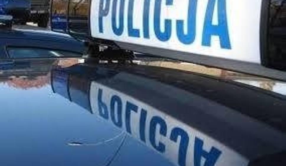 Film do artykułu: Samochód uderzył w barierkę. Policjanci podejrzewają, że kierowca miał ponad 4 promile alkoholu w organizmie