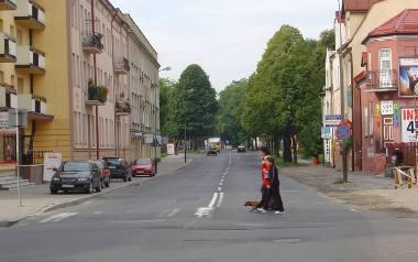 Sierpień 2005 roku. Ulica Dąbrowskiego ma jeszcze dwa pasy ruchu, po jednym w obu kierunkach.