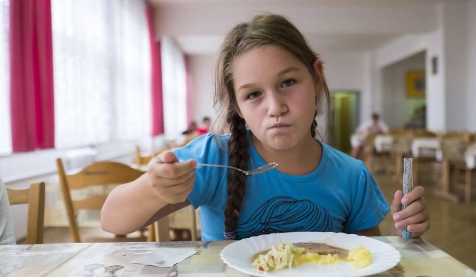 Film do artykułu: Stołówka plus: Do 2021 r. wszyscy uczniowie podstawówek zjedzą w szkole obiad. Samorządy są przerażone nowym pomysłem PiS-u