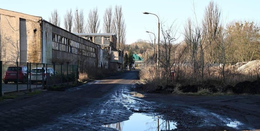 Ulica prowadząca do dawnej papierni od lat czeka na przebudowę. Teraz pojawiła się nadzieja, że wkrótce zostanie rozpisany przetarg i po latach wyczekiwania