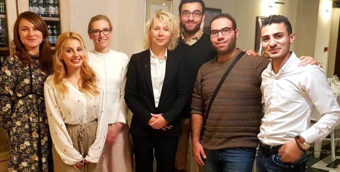 Co pewien czas urzędnicy poznańskiego magistratu, w tym dyrektor Iwona Matuszak-Szulc, spotykają się ze studentami z Syrii, aby czuli, że nie są sami,