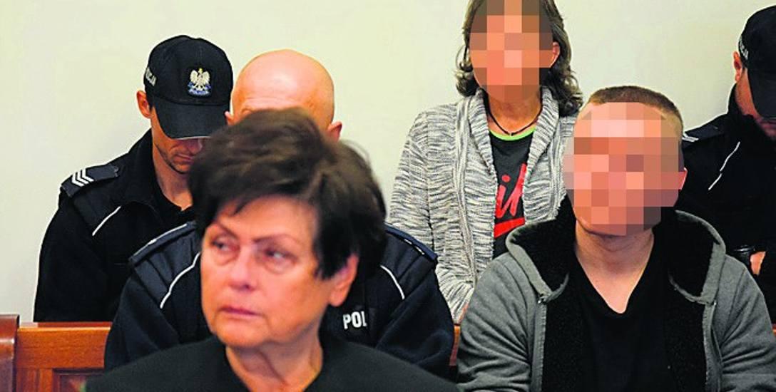 - Był ch***m, należało mu się - mówił o konkubencie Iwony S. (z tyłu), jej syn Dawid S., który jest oskarżony o zabicie Marka R.