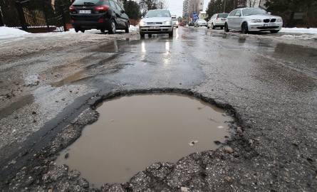 Na kieleckich drogach roi się od dziur i sporych ubytków w nawierzchni. Kierowcy coraz częściej zgłaszają swoje niezadowolenie ze stanu ulic i proszą