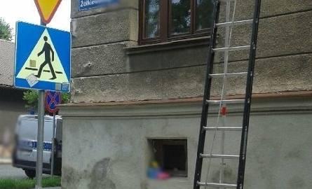 Uratowali 2-letniego chłopca, który chodził po parapecie okna na drugim piętrze