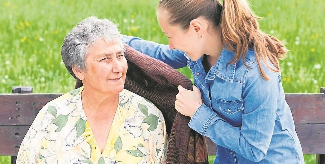 Do obowiązków opiekunów należy także spędzanie czasu z seniorami, min. wspólne spacery.