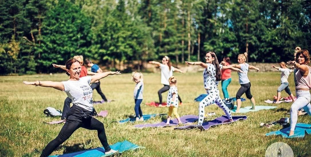 Pod niebem, w otoczeniu drzew - w takich warunkach jogę  ćwiczy się najlepiej