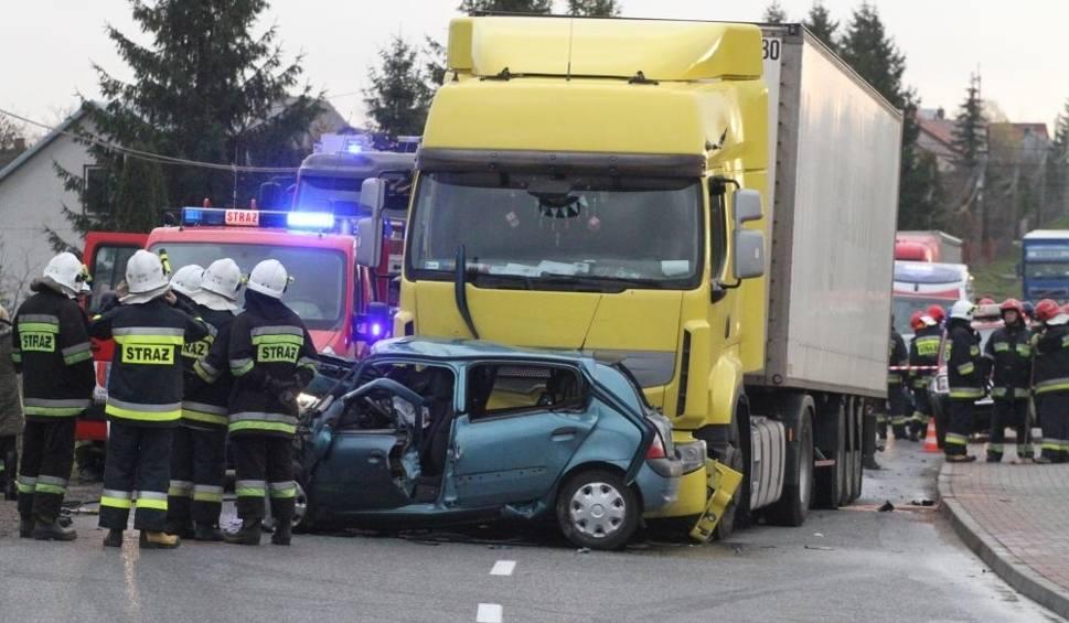Film do artykułu: Wypadek w w Brzezinach pod Kielcami. Kierowca osobówki zmarł w szpitalu