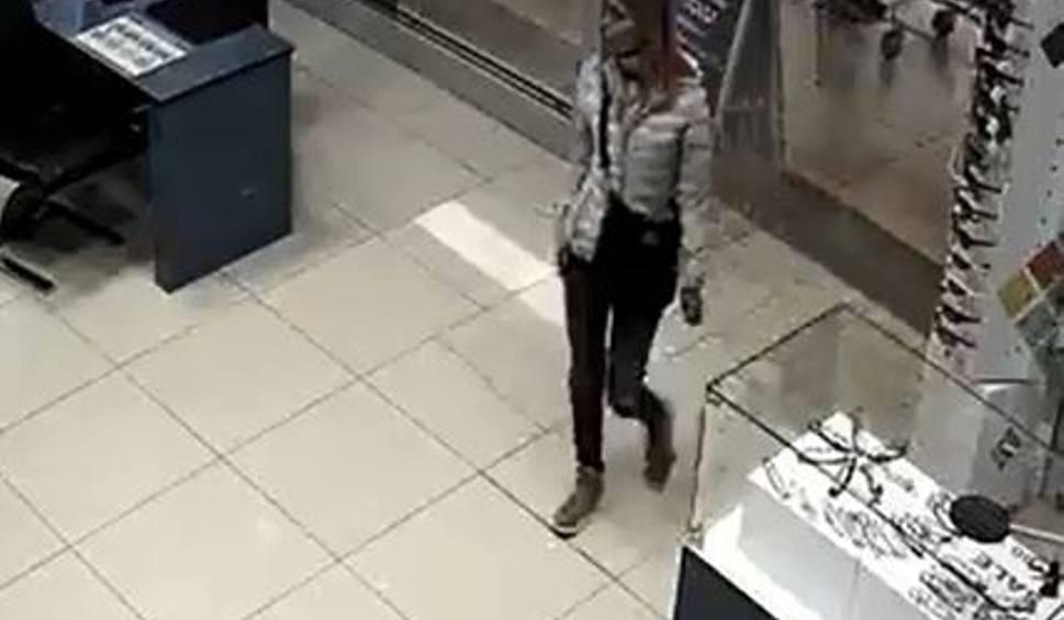 Film do artykułu: To ona jest sprawczynią kradzieży? Szuka jej policja. Ktoś ją rozpoznaje? WIDEO + ZDJĘCIE