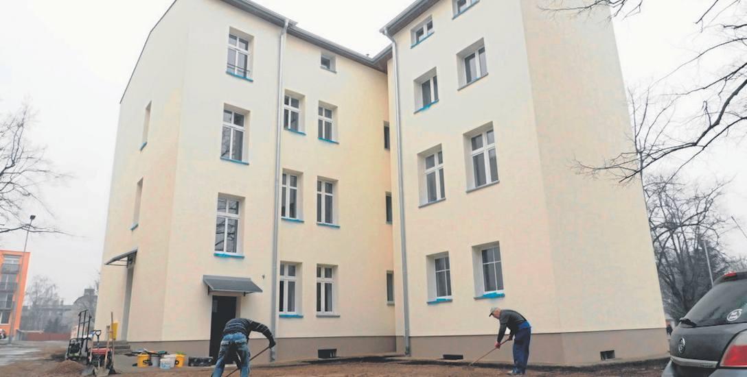 Budynek przy ul. Harcerskiej 18 w Koszalinie przeszedł gruntowny remont. W miejscu 10 niesamodzielnych  mieszkań powstało 14 lokali. Na mieszkania zagospodarowano