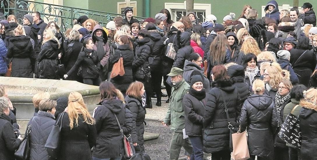 Protestujący pracownicy MOPR złożyli pismo do prezydenta. Nie wiadomo, kiedy na nie odpowie. Biuro prasowe: W stosownym i nieprzekraczalnym terminie,