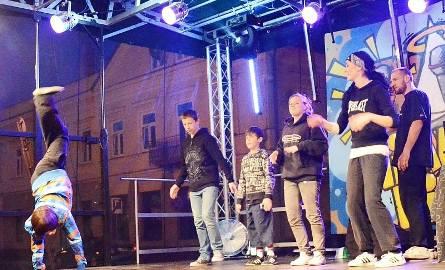 Grupa Lumbago przeprowadziła konkurs tańca breakdance.