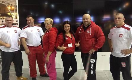 Grudziądzanka, Sylwia Reichel - Wilczewska (3. od lewej) z reprezentacją Polski przed odlotem z lotniska Okęcie w Warszawie na mistrzostwa świata Arnolda