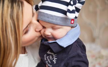 Z dodatkowego zasiłku opiekuńczego może skorzystać matka lub ojciec dziecka. Rodzice mogą też, w ramach limitu zasiłku, podzielić się opieką nad dzieckiem.