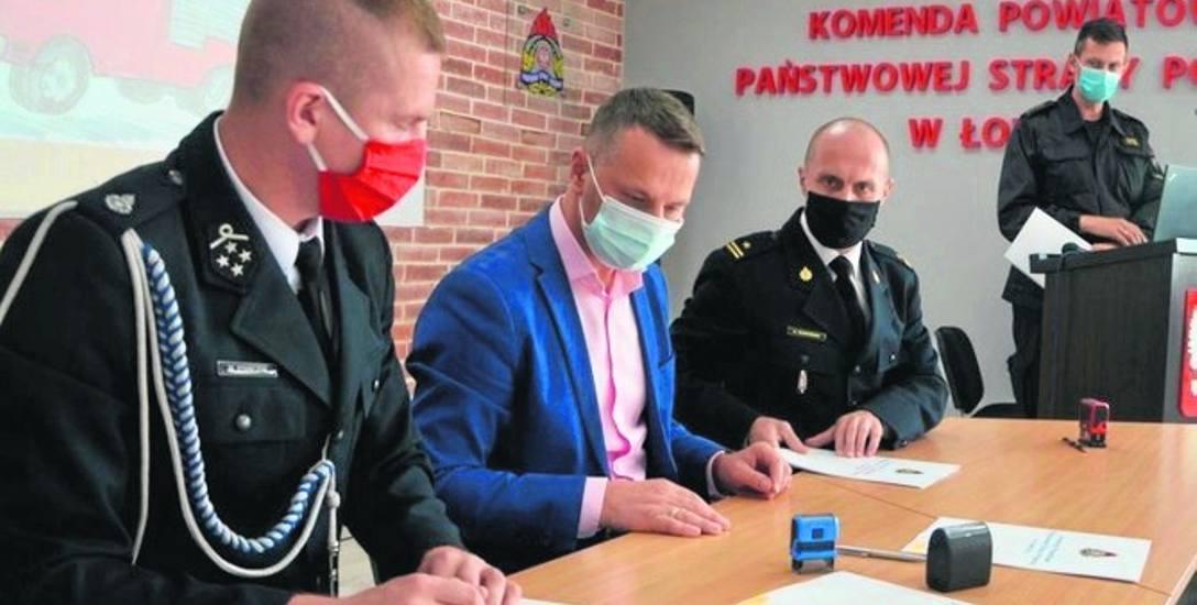 Arkadiusz Makowski (siedzi z prawej) podpisał porozumienie z wójtem K. Skowrońskim oraz prezesem M. Stańczykiem