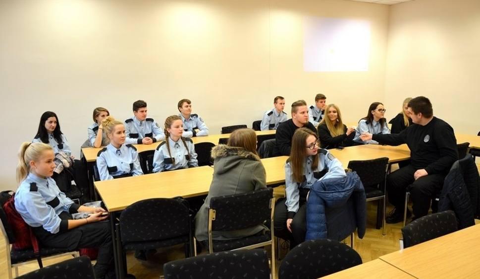 Film do artykułu: Namawiają uczniów klasy mundurowej w Kluczborku do wstąpienia do policji